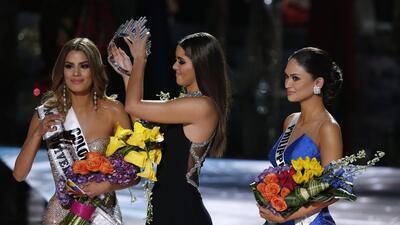 Miss Universo 2014 Paulina Vega, centro, retira la corona a Miss Colombi...