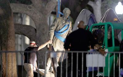 Mueven estatuas confederadas de la Universidad de Texas tras polémica po...