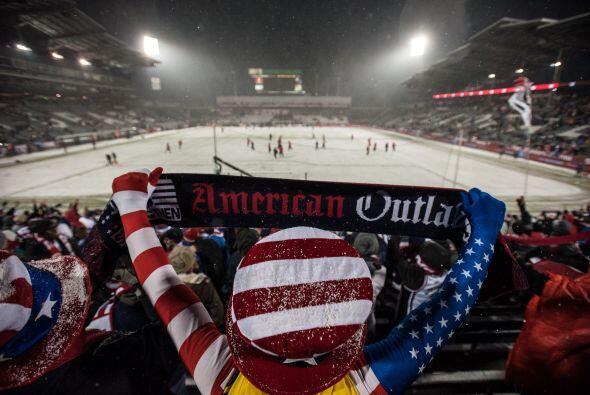 Ante un clima muy complicado para jugar al fútbol, el portero de Estados...