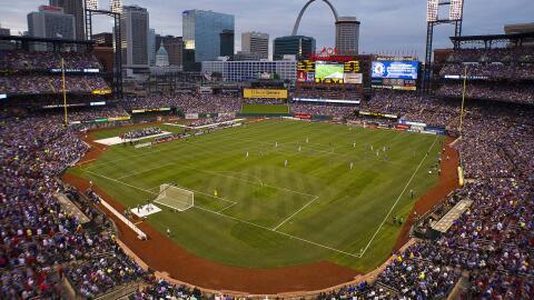 Partido de fútbol en el Busch Stadium de St. Louis