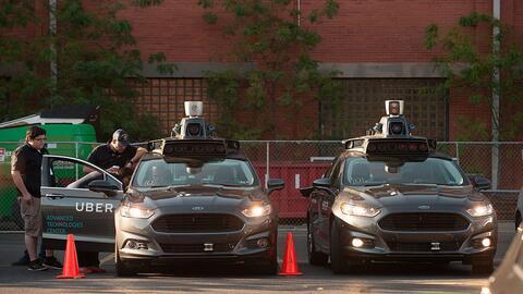 Dos Ford Fusions autónomos están estacionados en el Centro...