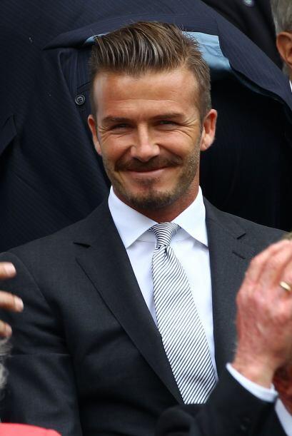 David, guapo con un traje color gris y corbata a rayas… ¡muy inglés!