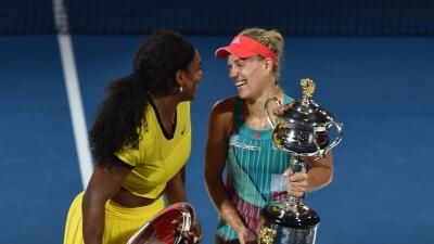 Angelique Kerber y Serena Williams con sus trofeos