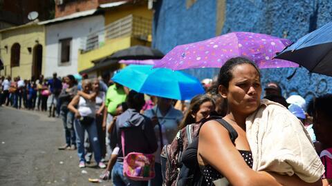 Una mujer hace cola para conseguir comida en Caracas.