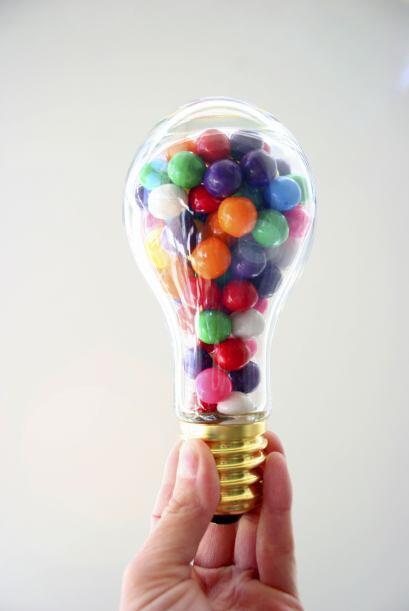 ¿Qué tal si guardas dulces dentro de frascos con forma de bombillas de l...