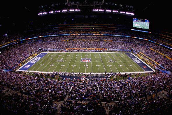El estadio completo esperando el momento.