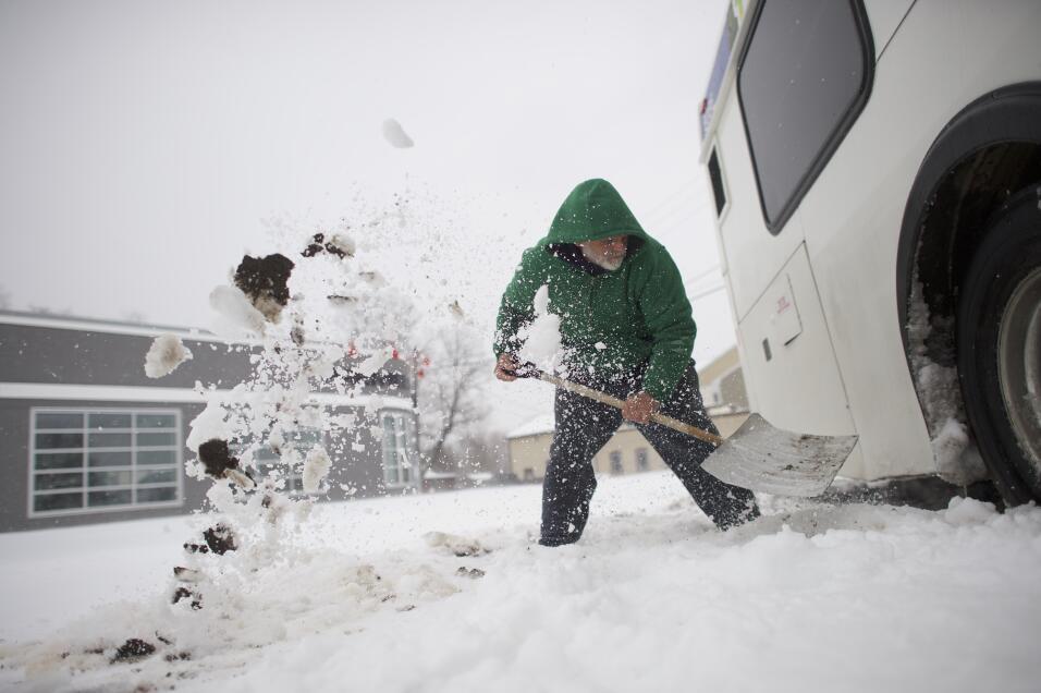 Blaine Webb, de 52 años, saca la nieve de un autobús en Spring City, Pen...
