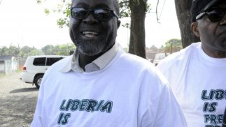 El ministro de Información de Liberia, Lewis Brown, porta una playera co...