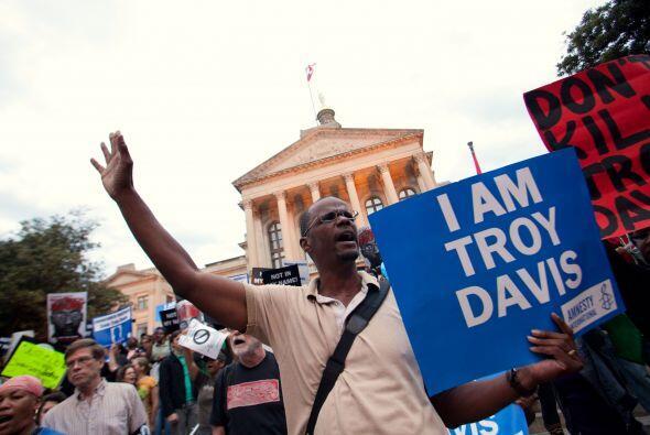 Decenas de personas protestaron la ejecución de Davis en las afueras de...