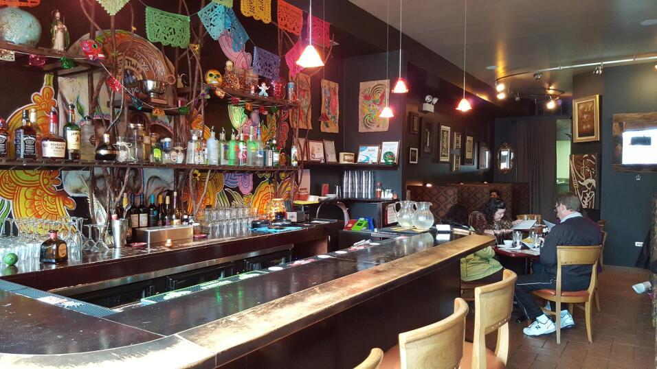 En este restaurante en Pilsen, el arte en las paredes no sólo decora el...