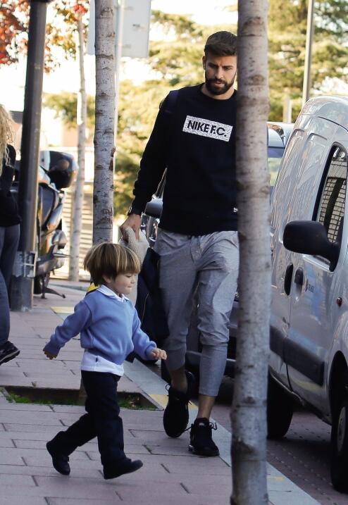 El futbolista Gerard Piqué auxilia a Shakira con los niños...