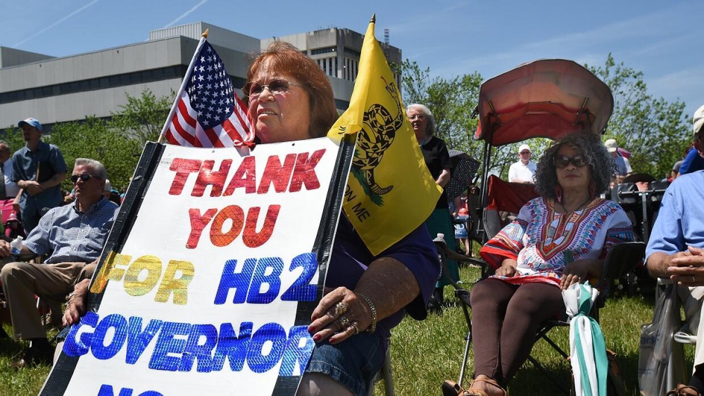 Manifestantes a favor de la ley aprobada en Carolina del Norte que estab...