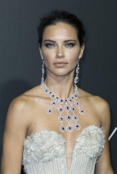 Adriana captó la atención de los presentes por el escote de su vestido.M...