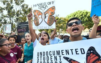 Jóvenes inmigrantes en un evento a favor de DACA en Los Án...