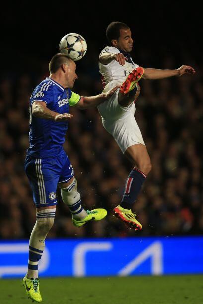 El capitán del Chelsea John Terry luchó con fuerza el esférico ante la m...
