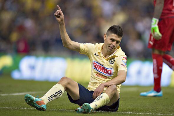Oribe Peralta recibió un empellón por la espalda de parte...