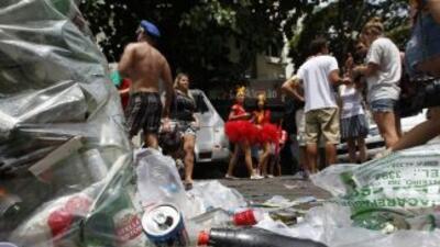 Tras el carnaval de Río de Janeiro, la scalles lucen como un basurero.