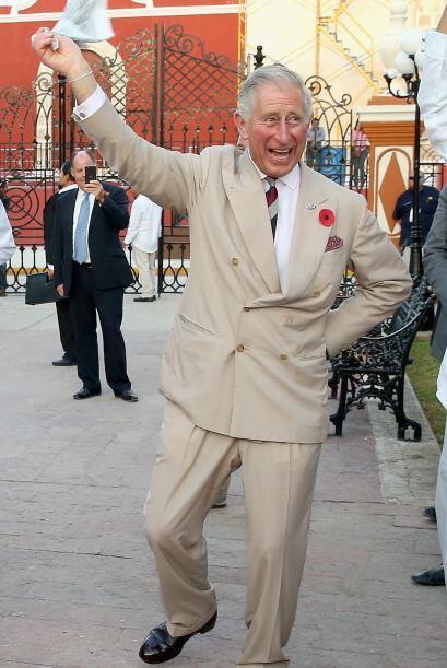 ¡Quién lo hubiera dicho! Miren al príncipe Charles cómo mueve el bom-bom.