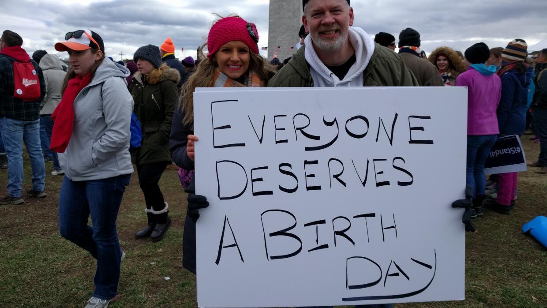 """""""Todos merecen un día para nacer"""", dice el cartel que llevan M..."""