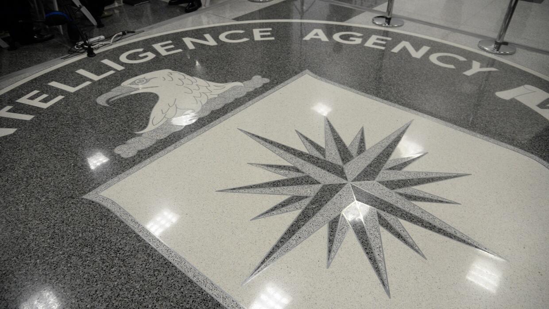 Logo de la CIA en la entrada de la sede de la agencia en Virginia.
