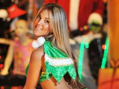 Vestida de un divertido duende de Santa Claus, Claudia Pérez pos&...