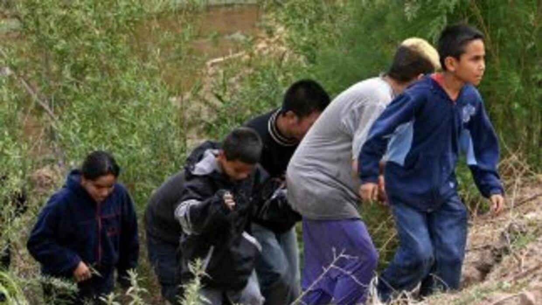 Niños indocumentados cruzando la frontera entre México y Estados Unidos.