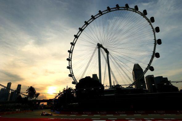 Una postal de Singapur durante una de las prácticas para el Gran Premio...