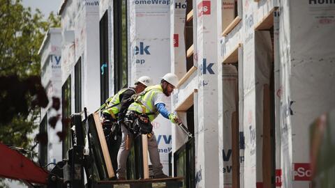 Un grupo de trabajadores en Chicago, Illinois, durante la construcci&oac...