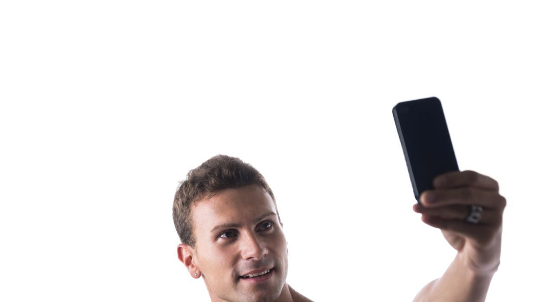 Hombre ejercitado tomando selfie