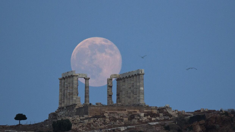 """La """"luna de fresa"""" se recorta sobre las ruinas del templo de P..."""