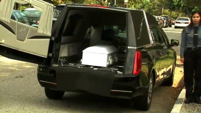 En un pequeño ataúd blanco despidieron a 'Piqui', el niño presuntamente asesinado por su padre en California