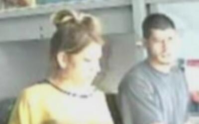 Autoridades buscan a una pareja hispana acusada de robar unas tarjetas d...