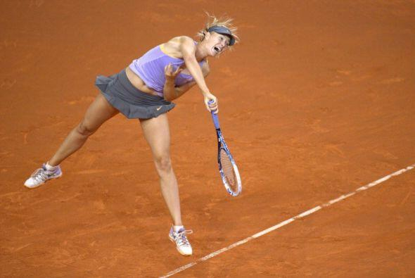 Maria Sharapova devuelve la bola a la polaca Agnieszka Radwanska en los...