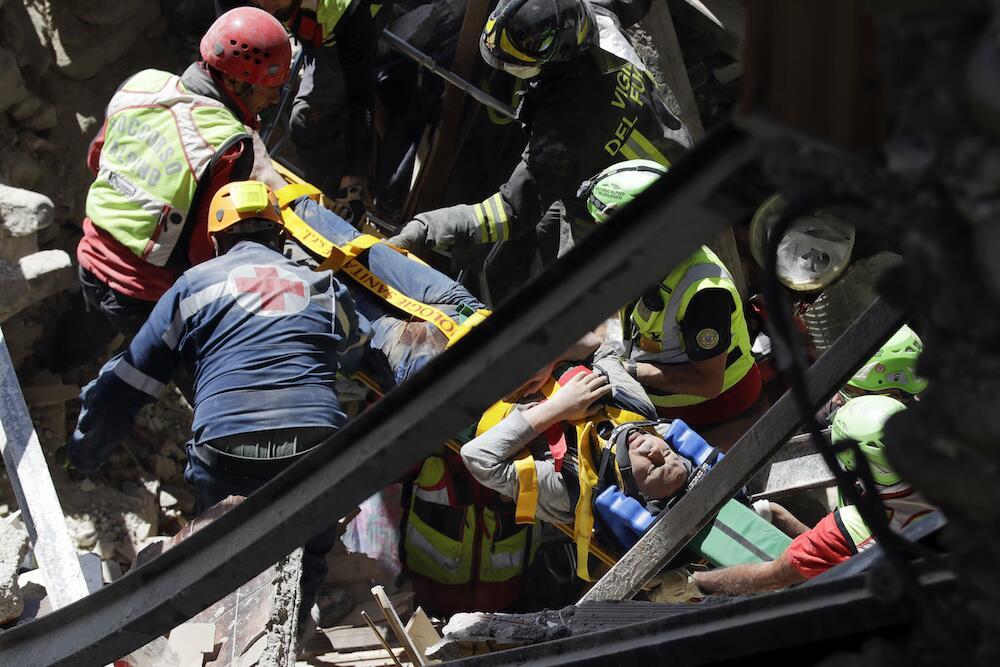 Los bomberos logran rescatar a un sobreviviente en Accumoli