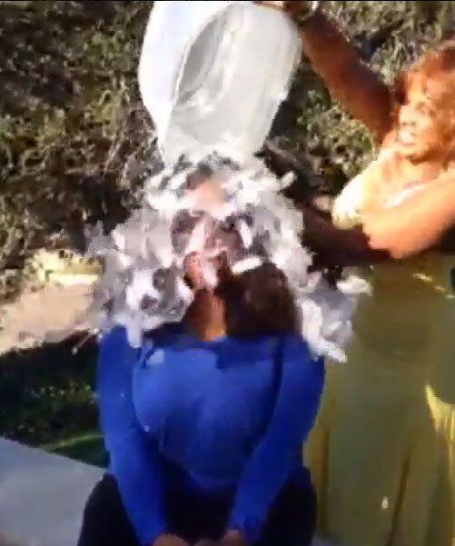 ¡Qué horror!, todos los hielos le cayeron directo a su cabeza.