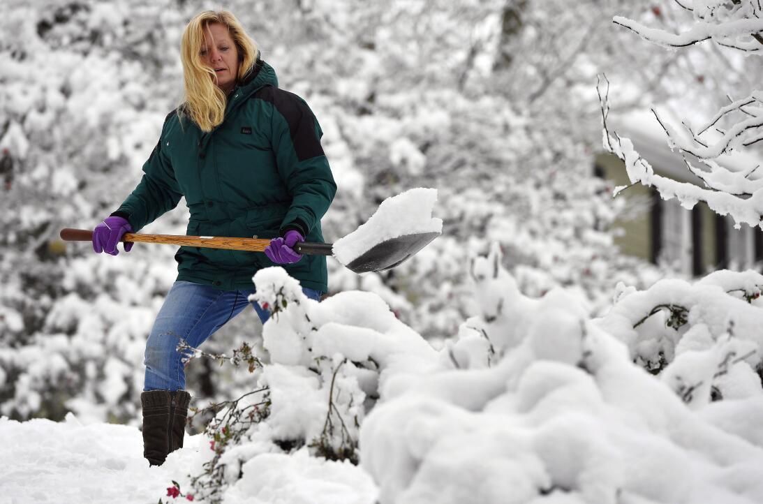 Laura Washington remueve la nieve frente a su casa en Kennesaw, Georgia,...