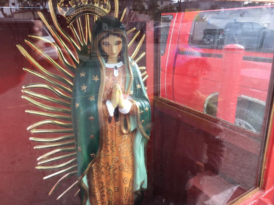 Afuera de una plaza angelina, dos niños observan la estatua de un...