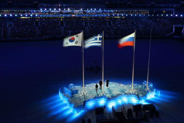 En lo alto las banderas de Corea, Grecia y Rusia.