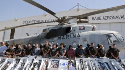 Los carteles del narcotráfico en México importan cientos de armas de con...