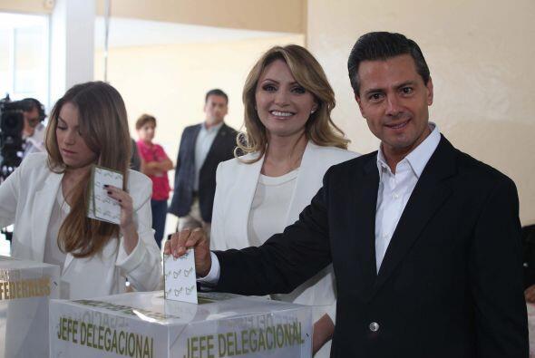 El presidente Enrique Peña Nieto acudió a emitir su voto, en la casilla...