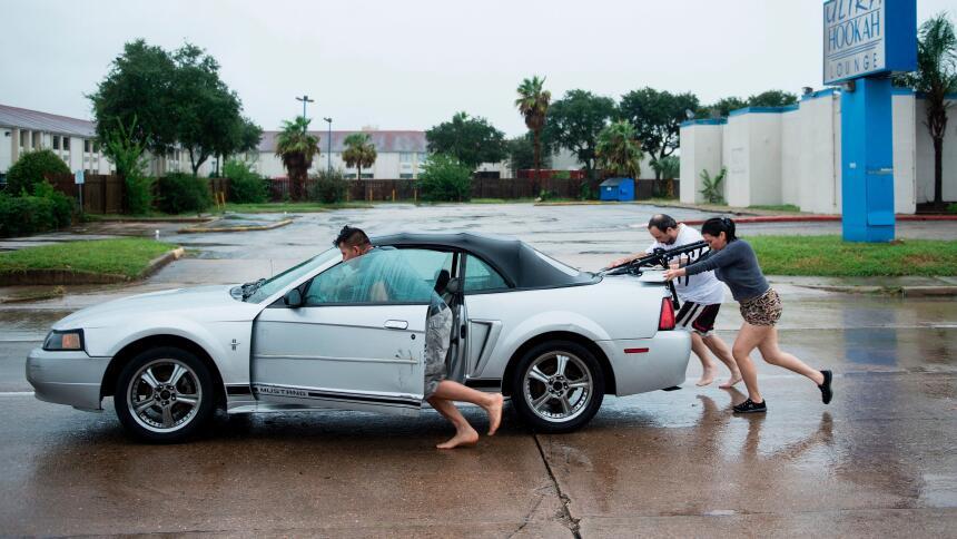 Qué hacer cuando se inunda tu automóvil  GettyImages-839886080.jpg