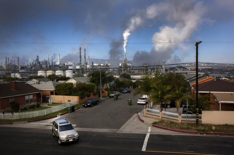 What it's like to live next door to a refinery Galeria_refineria_01.jpg