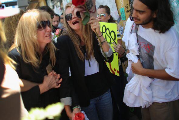 Jacqueline Llach (C), la mamá del artista Israel Hernandez-Llach, y su h...