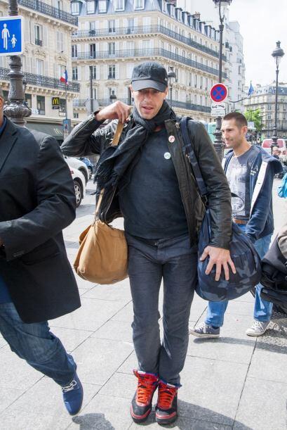 Cámaras lo captaron en Paris muy tranquilo, luciendo su mano sin el anil...