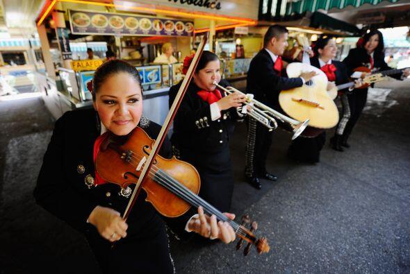 """Como no podía faltar la sabrosa música mexicana, la canción El Cascabel""""..."""
