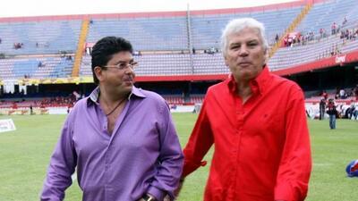 El dueño de los Tiburones Rojos del Veracruz, Fidel Kuri (Izq.) podría v...