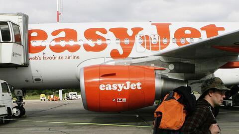 Un pasajero aborda un avión de la aerolínea Easyjet en el...