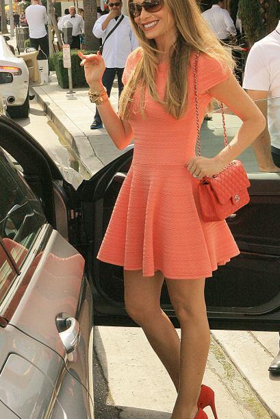 El vestido acentuaba sus curvas en todos los lugares correctos. M&aacute...