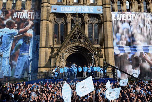 Bajo dos grandes pancartas que mostraban a los futbolistas celebrando y...