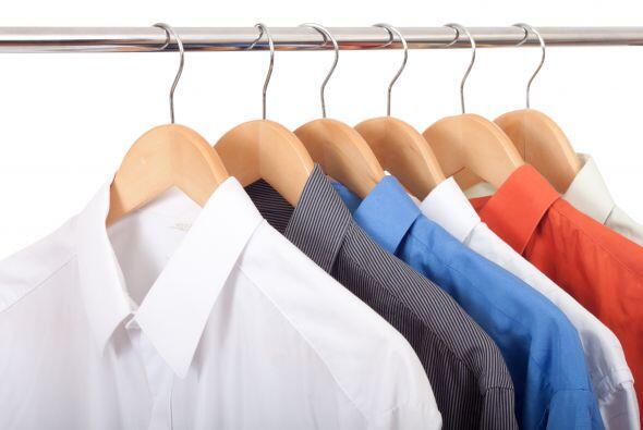 Los cuellos bien cerrados. Cuando de colgar camisas se trata, procura si...